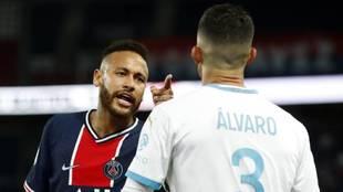 Neymar, con Álvaro, en el duelo entre PSG y Olympique Marsella de la...