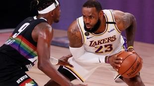 Playoffs NBA 2020: Jerami Grant disputa la pelota contra Lebron James