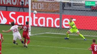 El árbitro señaló penalti de Alaba a Rakitic en los primeros...