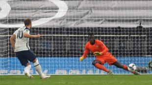 Kane anota el tanto de penalti decisivo para que el Tottenham avance a...