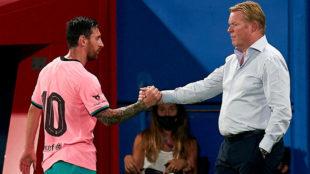 Messi se saluda con Koeman.