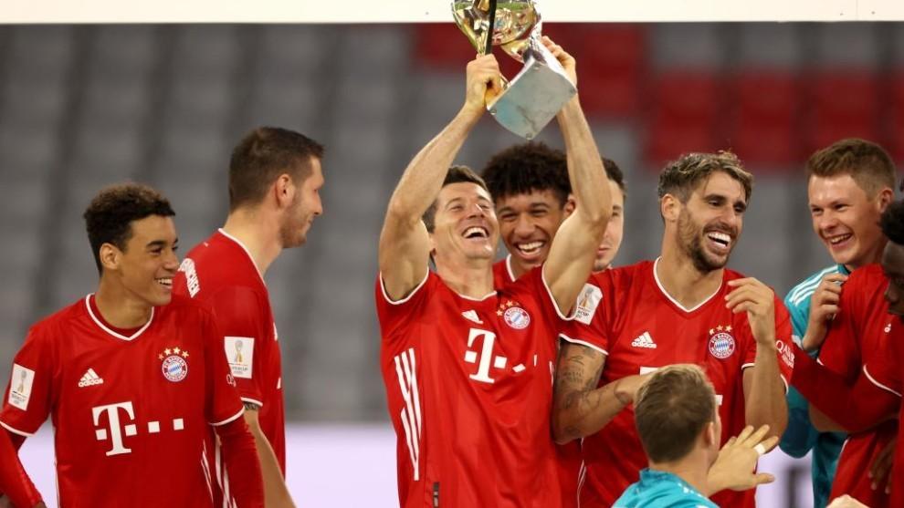 Lewandowski levanta su último título de la Supercopa con el Bayern.