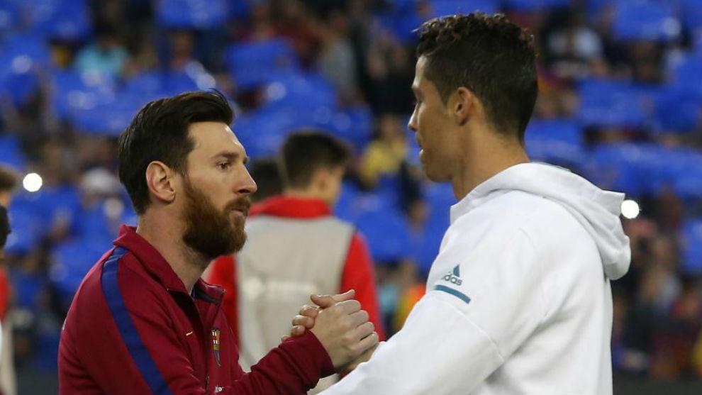 Messi y Cristiano se saludan antes de un FC Barcelona vs Real Madrid