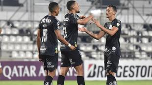 Jugadores de Santos celebran el triunfo 2-3 ante Olimpia
