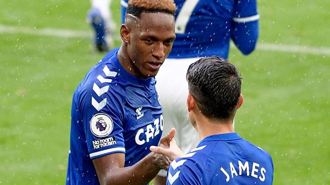 Yerry felicita a James por uno de sus goles ante el Brighton.