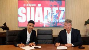 Luis Suárez, en el momento de firmar con el Atlético
