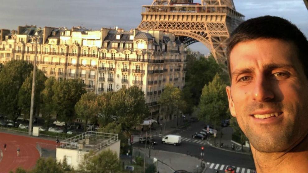 Novak Djokovic se hace una foto desde la habitación del hotel