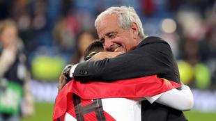 Juan Fernando Quintero y Rodolfo D'Onofrio se abrazan.