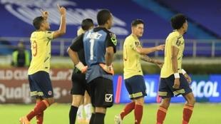 Jugadores de Colombia celebran un gol ante la mirada de Wuilker...