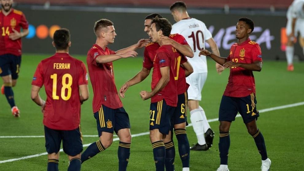Jugadores de España celebran un gol frente a Suiza.