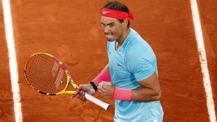 Rafa Nadal celebra un punto contra Djokovic.