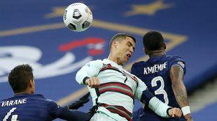 Cristiano Ronaldo disputa el balón con Kimpembe