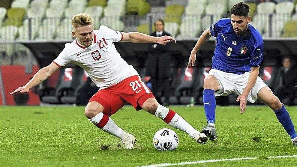 Jozwiak y Jorginho disputan la pelota.