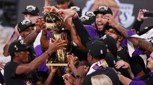 Los Lakers alzan el trofeo de la NBA.