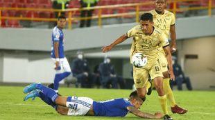 Arango se arrastra por el suelo ante la marca de Díaz.