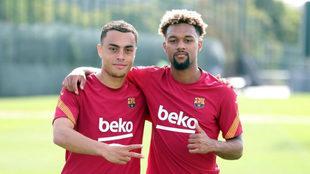 Sergiño Dest y Konrad de la Fuente, jugadores del FC Barcelona.