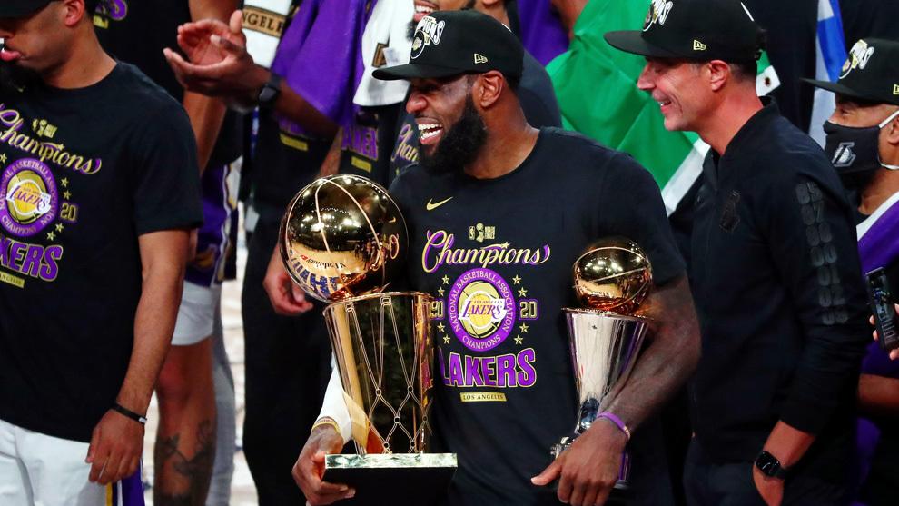 LeBron James, con los trofeos de MVP y de campeones de la NBA.
