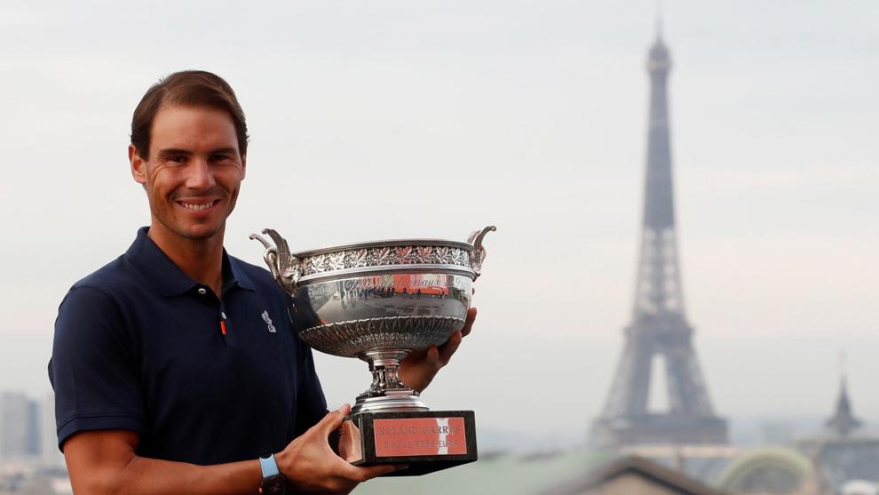 Rafael Nadal posa con el trofeo de Roland Garros en París.