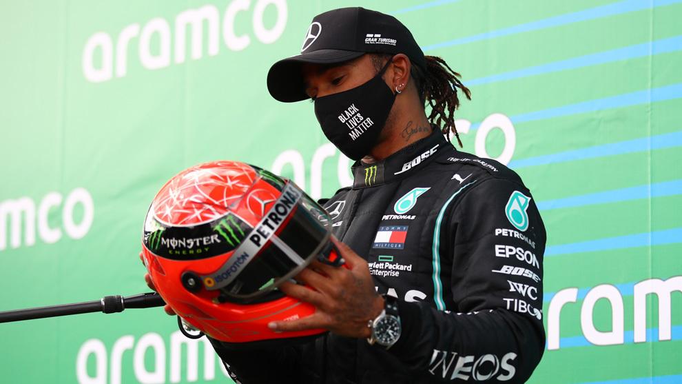 Lewis Hamilton recibió un casco de Schuacher de manos del hijo de éste.