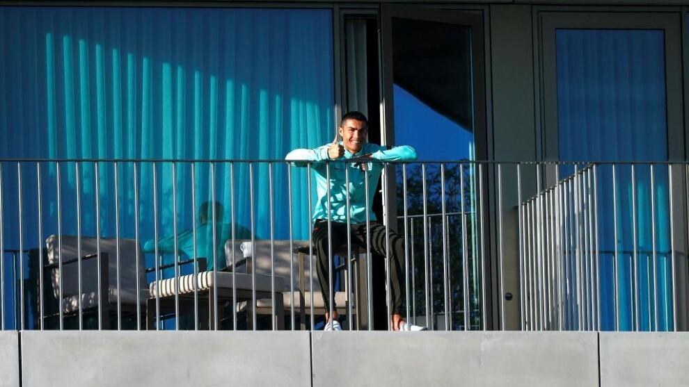 Cristiano Ronaldo, observando el entrenamiento desde su habitación.