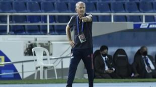 Carlos Queiroz da instrucciones a sus jugadores durante el partido...