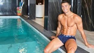 Cristiano Ronaldo, en la piscina de su casa en Turín