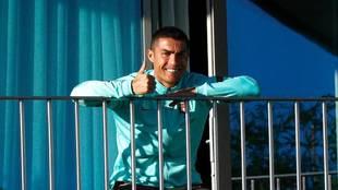 Cristiano Ronaldo, en el balcón del hotel de concentración de...