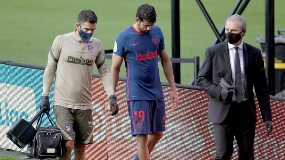 Diego Costa abandona el campo junto a los doctores del Atlético.