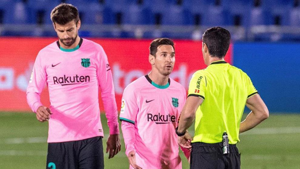 Piqué y Messi protestan al colegiado ante el Getafe