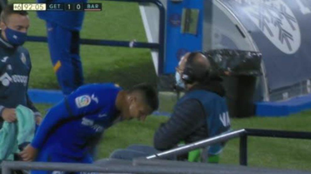 Cucho Hernández se lamenta en el partido contra el Barcelona.