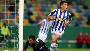 Matheus Uribe corre a celebrar su gol contra el Sporting de Lisboa.
