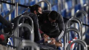 Sergio Ramos es atendido en la grada.