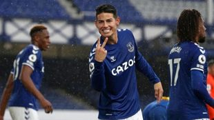 James festeja su doblete con el Everton