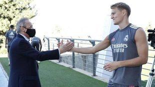 Florentino Pérez saluda a Odegaard antes de un entrenamiento