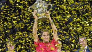 Roger Federer levantando el título de Basilea.