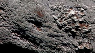 Capas de hielo de metano cubren las montañas de Plutón.