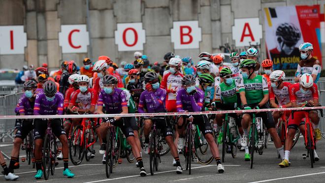 Los ciclistas guardan un minuto de silencio antes de la primera etapa de la Vuelta.
