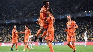 Juan Guillermo Cuadrado celebra con Morata el segundo gol de la...