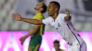 Lucas Braga celebra un gol contra Defensa y Justicia.