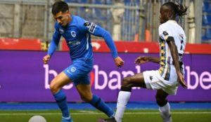 Daniel Muñoz transporta la pelota en un partido del Genk contra el...