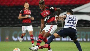 Bruno Henrique disputa el balón con Marlon Piedrahita.