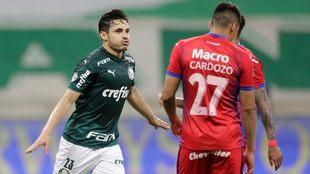 Rafael Cavalcante celebra un gol contra Tigre.