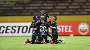 Jugadores de Independiente del Valle cleebran un gol contra Barcelona...
