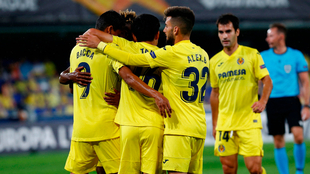 Carlos Bacca es felicitado por sus compañeros del Villarreal.