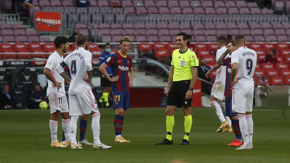 Martínez Munuera, mientras escuchaba al VAR en el penalti a Ramos