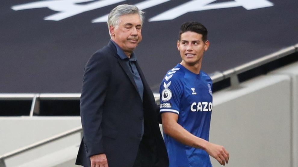 Carlo Ancelotti y James Rodríguez, en un partido del Everton.