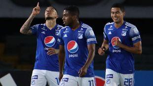 Jugadores de Millonarios Arango, salazar y Vega, celebran un gol.