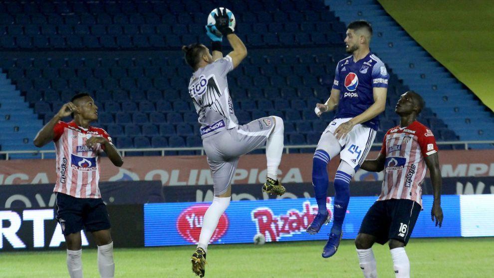 Viera y De Los Santos saltan por la pelota.