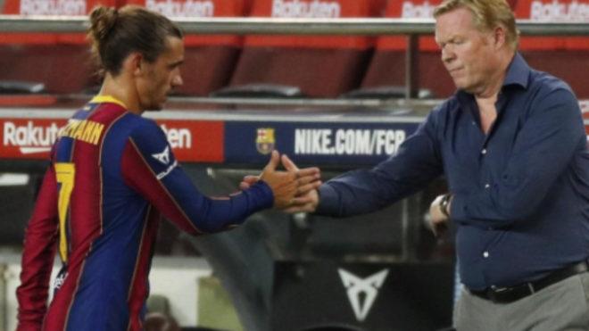 Griezmann saluda a Koeman tras sustituirle en un partido