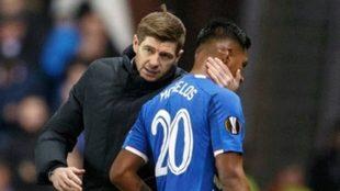 Steven Gerrard vuelve a proteger a Alfredo Morelos.
